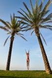 Красивая молодая exciting женщина в скачке бикини Стоковые Изображения
