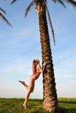 Красивая молодая exciting женщина в скачке бикини Стоковое фото RF
