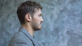 Красивая мужская модель исправляет его костюм во время photosession 4K сток-видео
