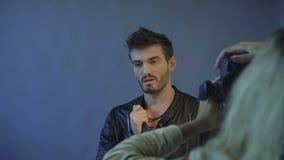 Красивая мужская модель представляет для photosession в студии 4K видеоматериал