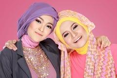 Красивая мусульманская женщина 2 имея потеху совместно Стоковая Фотография