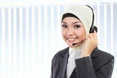 Красивая мусульманская женщина на телефоне стоковое фото rf