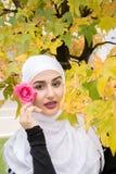 Красивая мусульманская женщина с hijab Стоковые Изображения RF