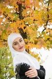 Красивая мусульманская женщина с hijab Стоковые Фотографии RF