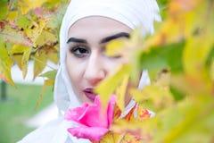 Красивая мусульманская женщина с hijab Стоковая Фотография