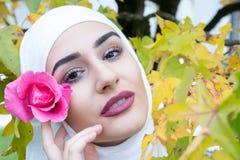 Красивая мусульманская женщина с hijab Стоковые Изображения