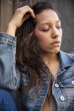 Красивая мысль молодой женщины стоковые фото