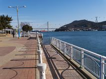 Красивая набережная города Йосу и большого моста свода на предпосылке стоковое изображение