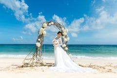Красивая невеста брюнет в белом платье свадьбы с большое длинным Стоковое фото RF