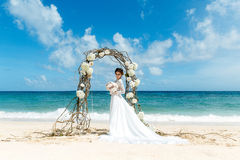 Красивая невеста брюнет в белом платье свадьбы с большое длинным Стоковые Изображения