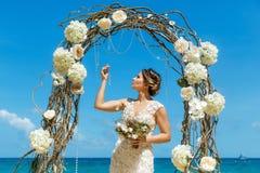 Красивая невеста брюнет в белом платье свадьбы с большое длинным Стоковая Фотография RF