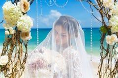 Красивая невеста брюнет в белом платье свадьбы с большое длинным Стоковые Изображения RF