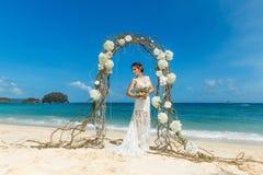 Красивая невеста брюнет в белом платье свадьбы с большое длинным Стоковое Изображение