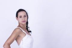 Красивая невеста брюнет в ее мантии свадьбы Стоковая Фотография