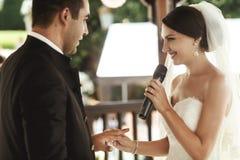 Красивая невеста в белом платье и красивом groom обменивая rin Стоковая Фотография