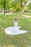 Красивая невеста в белом платье шнурка временени Стоковые Изображения