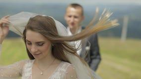 Красивая невеста в платье свадьбы и вуаль на горах ( сток-видео