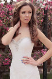 Красивая невеста в платье свадьбы, представляя весной сад цветения Стоковая Фотография