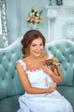 Красивая невеста в платье свадьбы с кроликом на его руках Стоковая Фотография RF