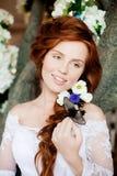 Красивая невеста в роскошном интерьере с цветками Стоковые Фото