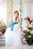 Красивая невеста в роскошном интерьере с цветками Стоковое Изображение
