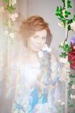 Красивая невеста в роскошном интерьере с цветками Стоковые Изображения