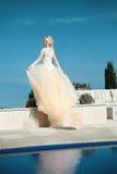 Красивая невеста в шикарном платье свадьбы с дуя юбкой Стоковые Изображения