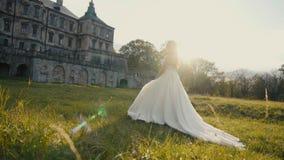 Красивая невеста идя на заход солнца акции видеоматериалы