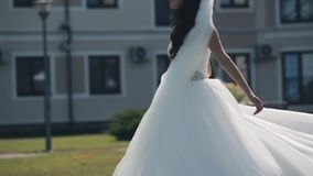 Красивая невеста идя снаружи перед свадебной церемонией Женщина останавливает и поворачивает вокруг в платье свадьбы движение мед видеоматериал