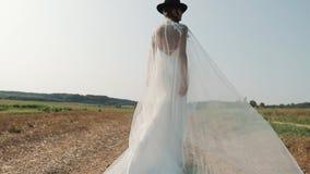 Красивая невеста наслаждаясь в платье свадьбы в солнечном парке видеоматериал