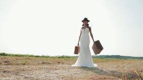 Красивая невеста наслаждаясь в платье свадьбы в солнечном парке сток-видео