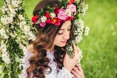 Красивая невеста на качании стоковые изображения rf