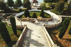 Красивая невеста обнимая красивый groom на каменных лестницах приближает к морю Стоковые Изображения RF