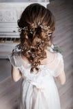 Красивая невеста около белого рояля вид сзади Стоковые Изображения RF