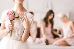 Красивая невеста показывая ее обручальное кольцо Стоковая Фотография