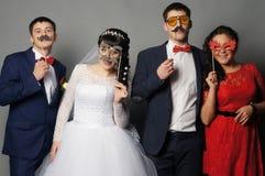 Красивая невеста при ее подруги представляя на студии Стоковое Изображение