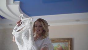 Красивая невеста пробуя на ее платье в магазине свадьбы ( акции видеоматериалы