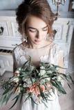 Красивая невеста с букетом около белого рояля Стоковое Изображение RF