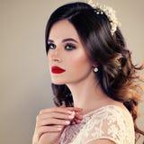 Красивая невеста с классическими составом и стилем причёсок стиля Стоковые Изображения RF