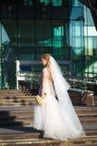 Красивая невеста с летанием вуали на ветре поднимая вверх Стоковое Фото