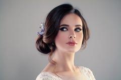 Красивая невеста с стилем причёсок свадьбы и составляет Стоковые Фотографии RF