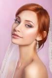 Красивая невеста с стилем причёсок свадьбы моды - на розовой предпосылке Портрет крупного плана молодой шикарной невесты венчание Стоковые Изображения