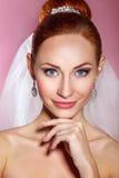 Красивая невеста с стилем причёсок свадьбы моды - на розовой предпосылке Портрет крупного плана молодой шикарной невесты венчание Стоковые Фото