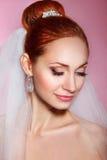 Красивая невеста с стилем причёсок свадьбы моды - на розовой предпосылке Портрет крупного плана молодой шикарной невесты венчание Стоковые Изображения RF