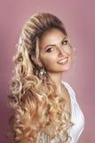 Красивая невеста с стилем причёсок свадьбы моды - на розовой предпосылке Портрет крупного плана молодой шикарной невесты венчание Стоковое фото RF