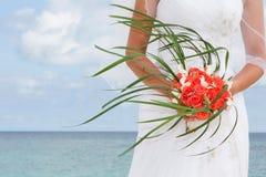 Красивая невеста с bridal букетом на естественной предпосылке стоковое изображение
