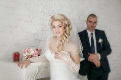 Красивая невеста groom около камина Стоковое Изображение