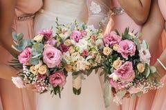 Красивая невеста outdoors в лесе Стоковое фото RF