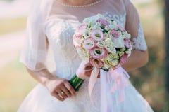 Красивая невеста outdoors в лесе Стоковое Изображение RF