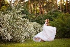 Красивая невеста redhead в фантастическом платье свадьбы в зацветая саде Стоковая Фотография RF